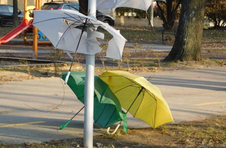 Чадърите се чупят и падат