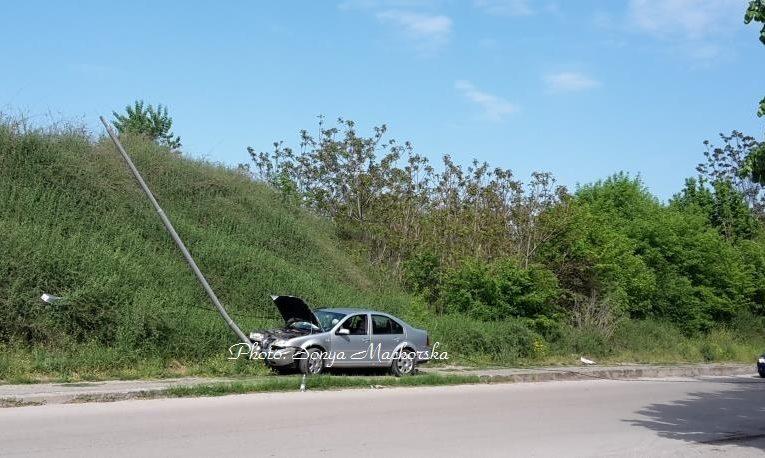 Кола събори улична лампа