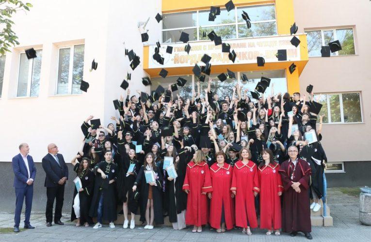 Кмет и Областен връчиха дипломите на Випуск 2020 на Английската