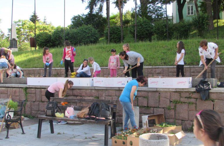 Децата и цветята на Белоградчик