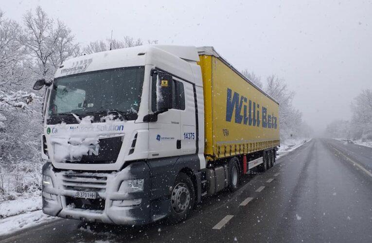 Спират камионите през Петрохан