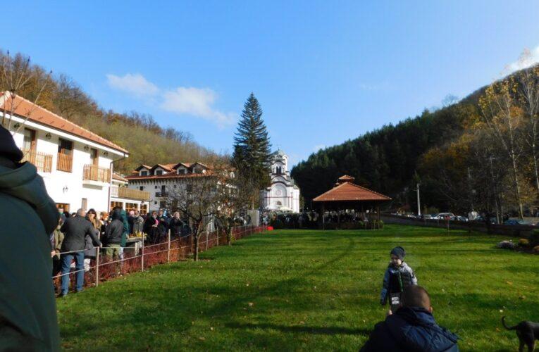 Хиляди чакаха да се поклонят пред мощите в Тумане манастир